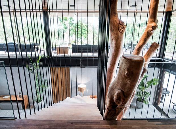 Detalhe das pisadas de madeira garapa e dos tirantes presos ao teto que firma as lâminas e forma um guarda-corpo para a estrutura (Foto: André Godoy/Divulgação)