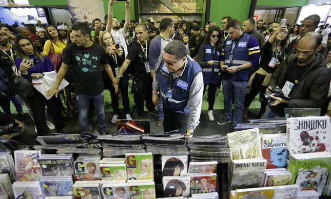 Fiscais da Prefeitura do Rio de Janeiro inspecionam títulos de livros na Bienal