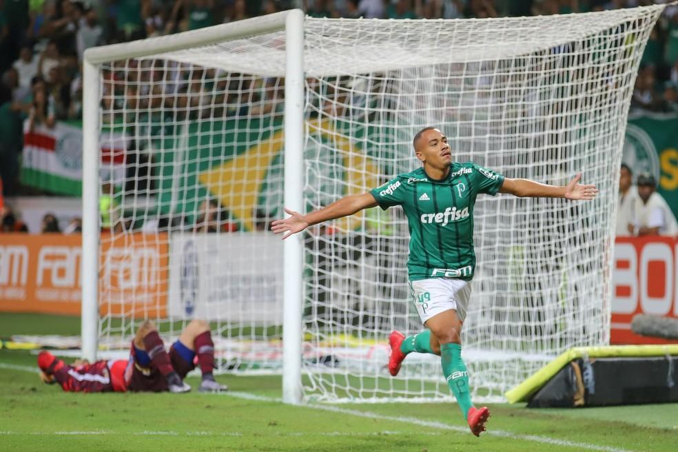 e1f24dfaeb ... Papagaio comemora o primeiro gol como profissional — Foto  Bruno  Riganti   Estadão Conteúdo
