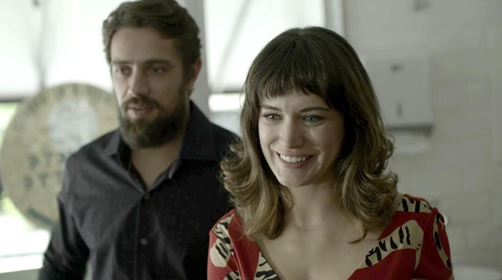 Clara no esconde a felicidade com o convite Tomaz Foto TV Globo