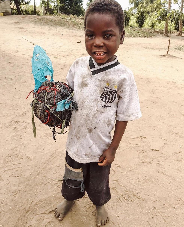Foto de João Chico com a camisa do Santos, que viralizou na web em julho passado — Foto: Rafaela Kalimann/ONG Missão África