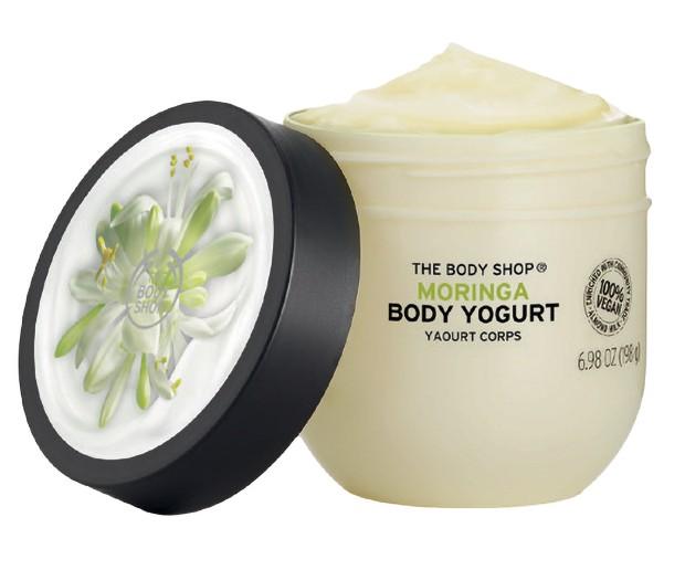 O novo Body Yogurt, da linha Moringa (R$ 59), que chega ao Brasil em outubro (Foto: Mar+vin/arquivo Vogue, Jacques Nkinzingabo/divulgação The Body Shop)