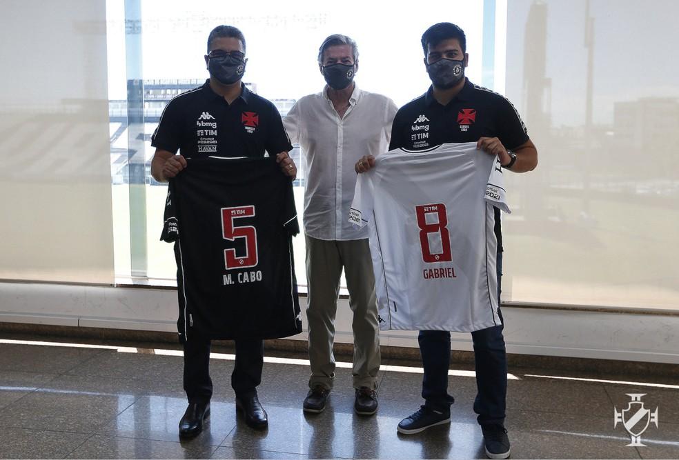 Marcelo Cabo recebe de Jorge Salgado a camisa 5, que usou no futsal do Vasco, e Gabriel Cabo fica com a 8 — Foto: Rafael Ribeiro/Vasco