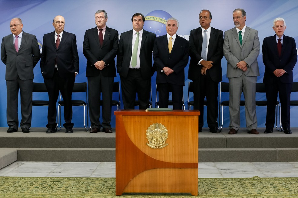 O presidente Michel Temer ao lado do governador Fernando Pezão e outras autoridades durante assinatura de decreto para intervenção federal na segurança pública no Rio de Janeiro (Foto: Beto Barata/PR)