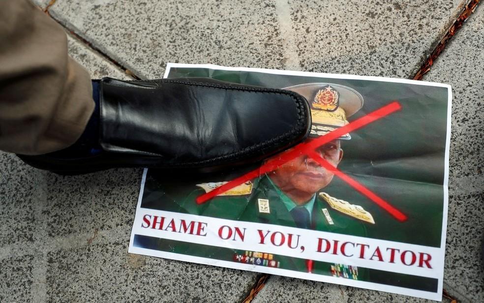 Pessoa pisa em foto do general Min Aung Hlaing, responsável pelo golpe militar em Mianmar, durante protesto do lado de fora de prédio da ONU em Bangcoc, na Tailândia, na terça-feira (2) — Foto: Reuters/Jorge Silva