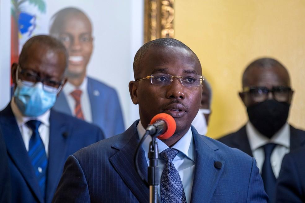 Premiê Claude Joseph em entrevista coletiva na sede do governo em Porto Príncipe em 13 de julho de 2021 — Foto: Ricardo Arduengo/Reuters/Arquivo