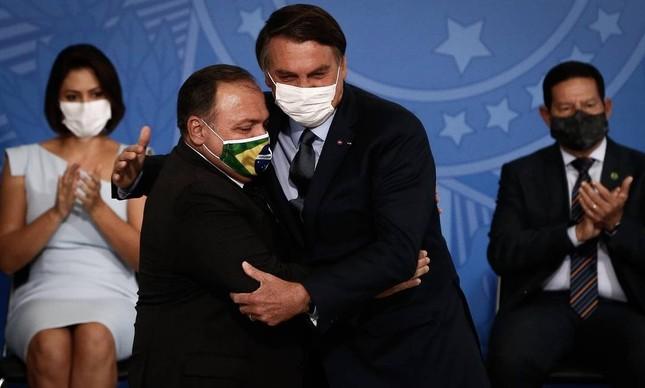 Jair Bolsonaro e Eduardo Pazuello na posse no ministro da Saúde