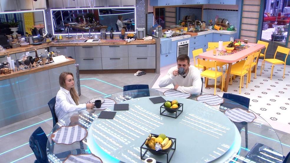 Carla Diaz e Arthur tomam café da manhã no Vip do BBB21 — Foto: Globo