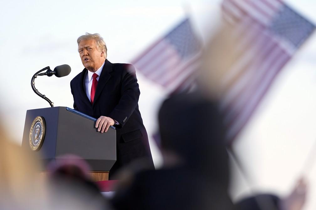 Trump discursa pela última vez como presidente em base aérea de Washington antes e embarcar para Flórida em 20 de janeiro de 2021 — Foto: Manuel Balce Ceneta/AP