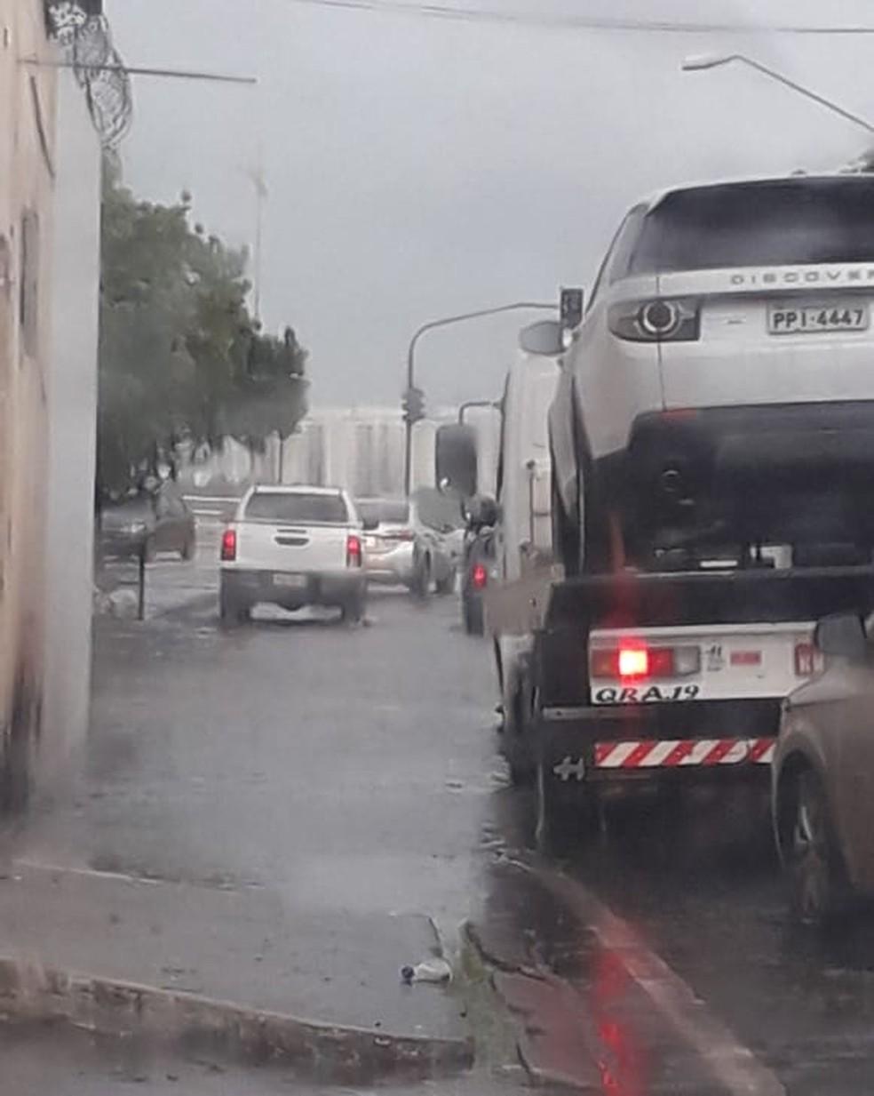 Chuva alaga avenidas e complica trânsito no início da tarde desta segunda (10) em São Luís — Foto: João Ricardo/G1 MA