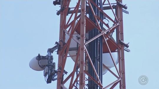 Vizinhos de torre de telefonia vivem com medo após antena cair e atingir casa