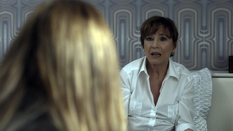 Kiki conta para Alice que deu arma de Arnaldo para Vitor