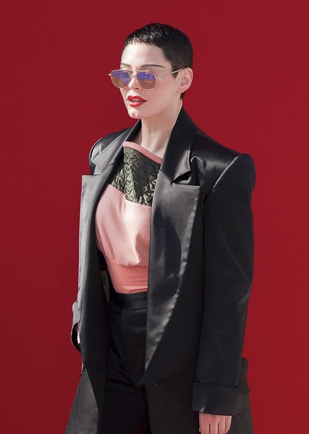 Cabeça raspada: McGowan acredita que cabelo comprido é símbolo da objetificação feminina que sofreu na carreira (Foto: Getty Images)