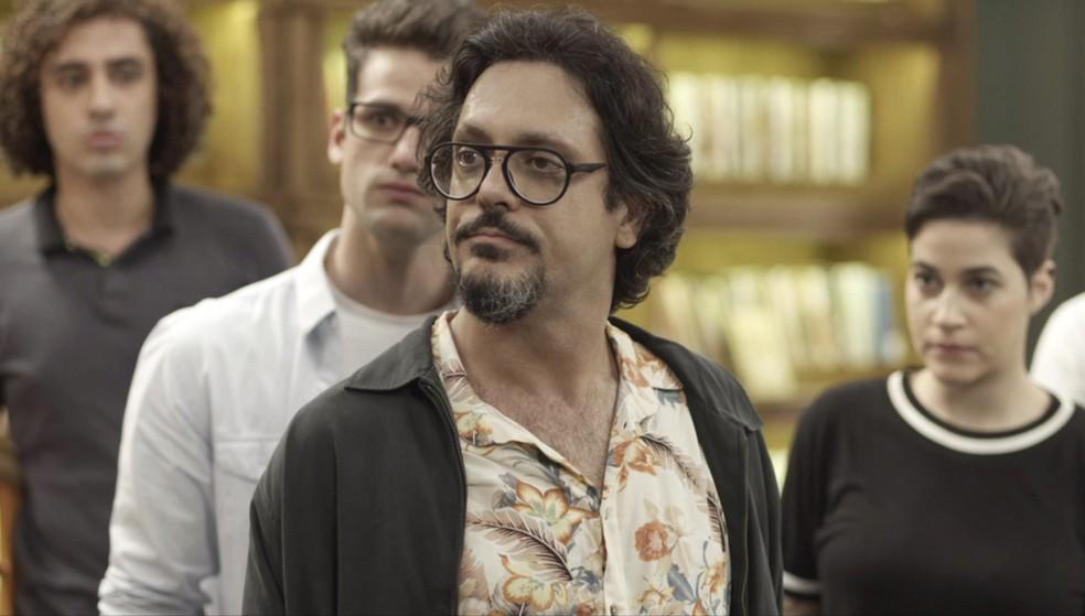Mario (Lucio Mauro Filho) não se abala e convova todos para verem a prova do crime — Foto: Globo