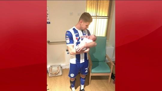 Atacante do Wigan-ING marca dois gols, é substituído e chega a tempo de ver parto do filho