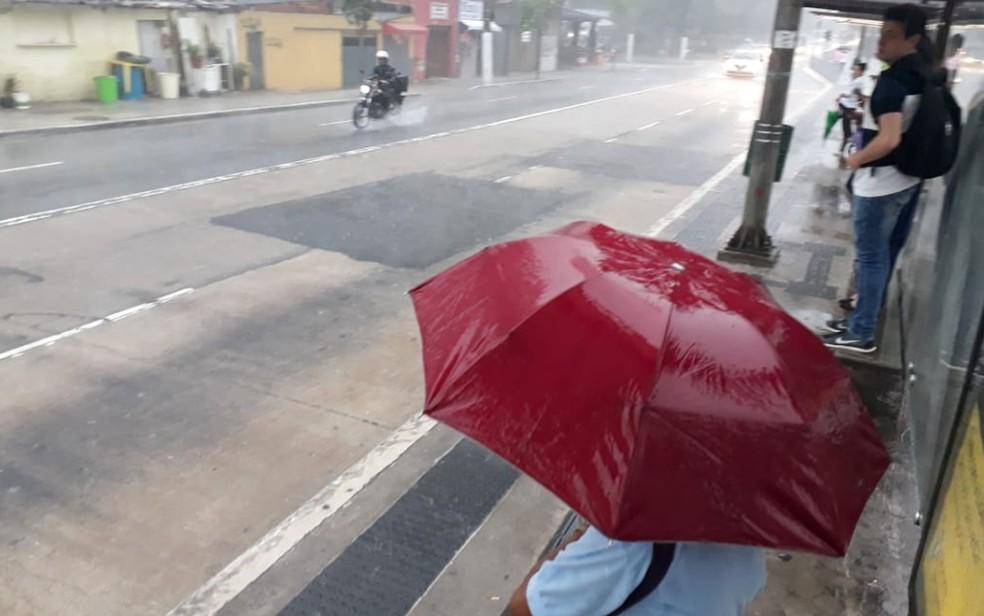 Pedestres em ponto de ônibus na Berrini — Foto: Felipe Néri/G1