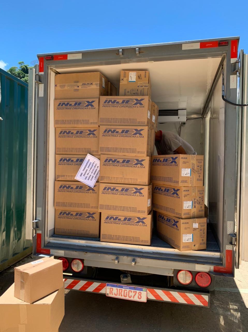 Seringas e agulhas chegam em Petrópolis, RJ, para as primeiras etapas da vacinação contra a Covid-19