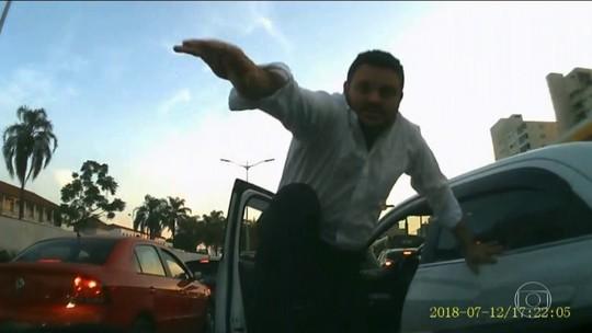 Taxista é flagrado em ataque de fúria após batida de carro em SP