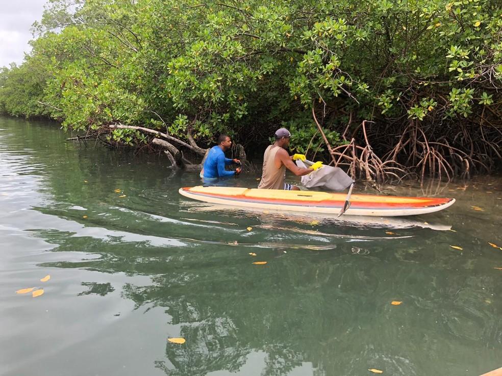 Voluntários retiram óleo do mangue no Cabo de Santo Agostinho, no Grande Recife — Foto: Beatriz Castro/TV Globo