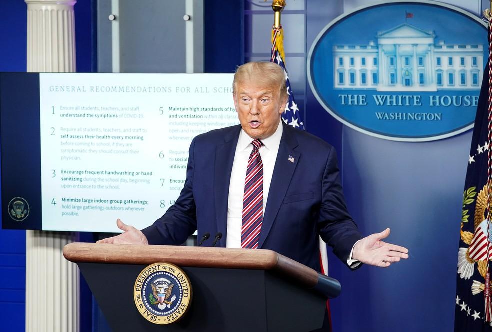 Donald Trump, presidente dos EUA, apresenta diretrizes para reabertura de escolas nesta quarta (12) — Foto: Kevin Lamarque/Reuters