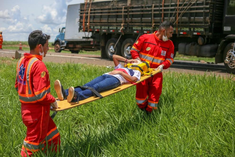 Criança sendo socorrida após acidente em Rodovia Transbrasiliana (BR-153) — Foto: Assessoria Prefeitura de Promissão/Divulgação