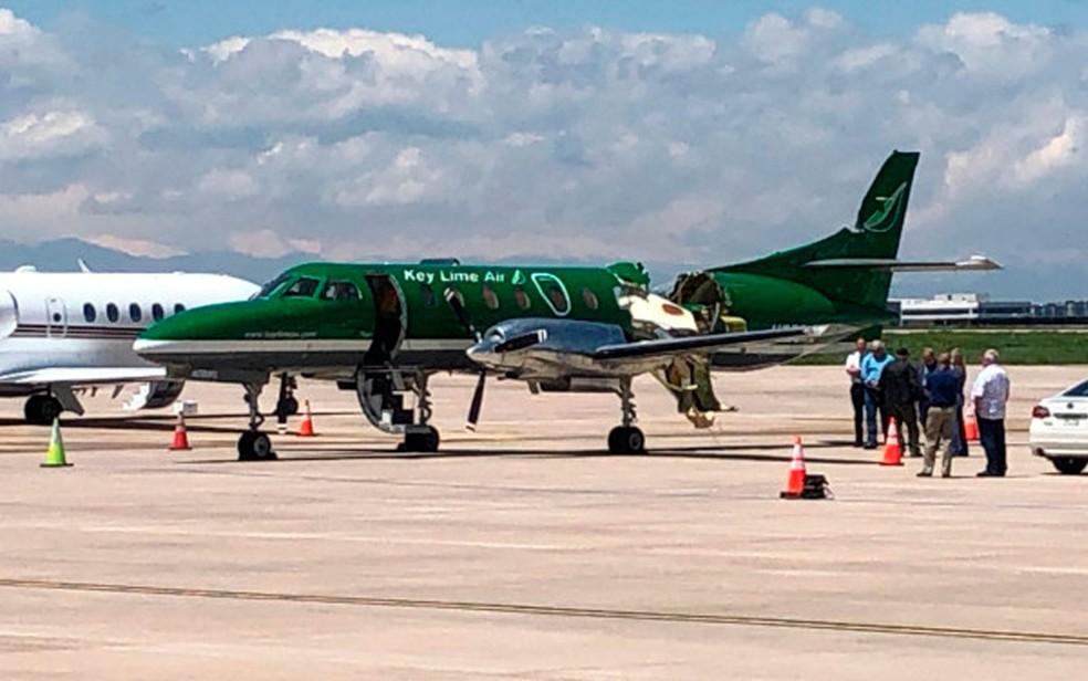 Avião da Key Lime Air já em solo após sofrer colisão no ar, em Denver, na quarta-feira (12) — Foto: CBS Denver via AP