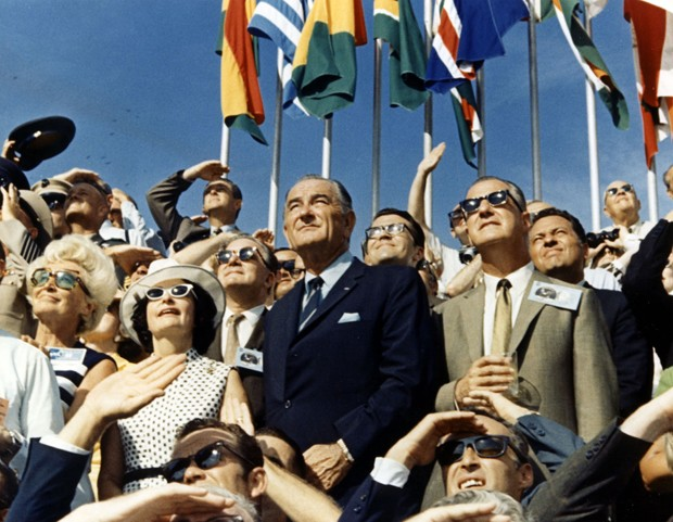 O então vice-president Spiro Agnew e ex-chefe de estado Lyndon Johnson assistem à decolagem da Apollo 11 (Foto: Getty Images)