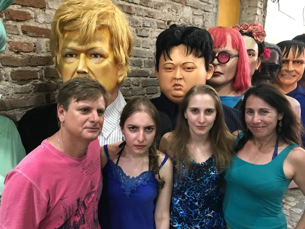 Família de turistas de São Paulo faz cara séria e brinca ao demonstrar preocupação com criação de boneco gigante do ditador Kim Jong Un (Foto: Thays Estarque/G1)