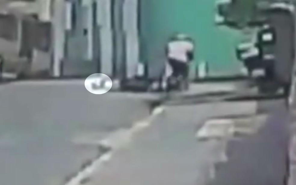 Capacete da vítima rola na rua após a queda (Foto: Reprodução/TV Bahia)