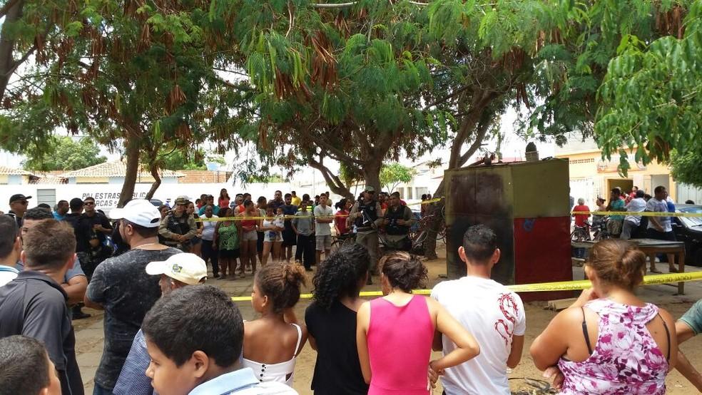 Curiosos cercaram o local após o crime (Foto: Clediston Ancelmo / TV Grande Rio)