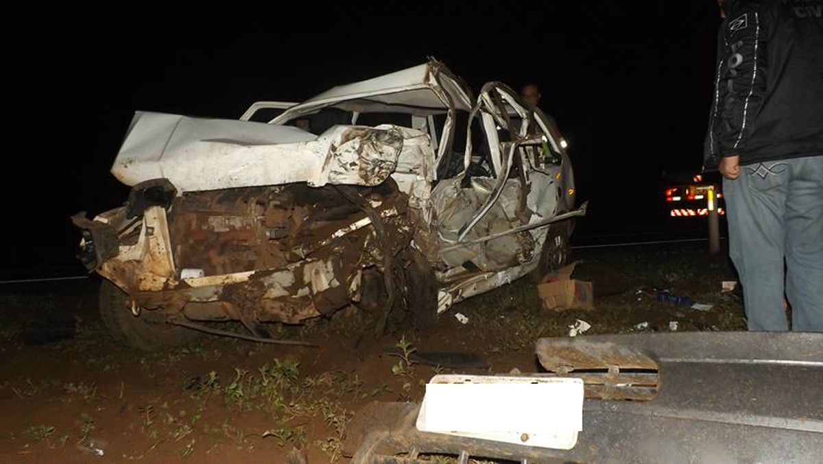 Motorista de carro morre após bater em carreta que atravessava rodovia de MS