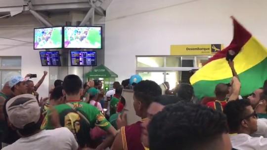 Torcida do Sampaio invade aeroporto para receber o time após vitória no RJ