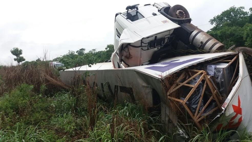 Carreta tombou na BR-226, na cidade de Lajeado Novo. (Foto: Divulgação/PRF)