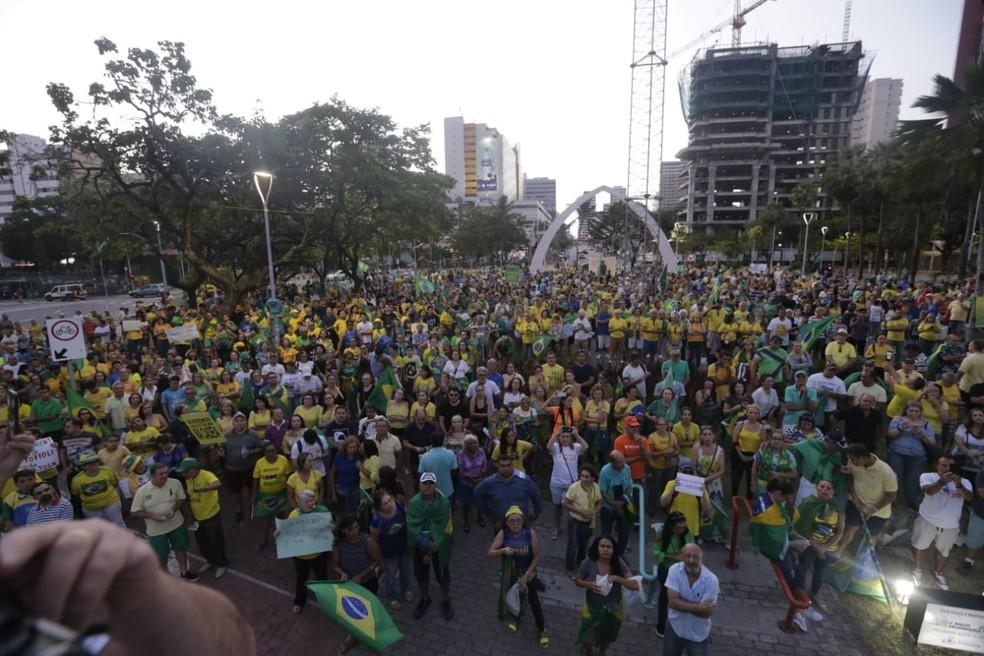 Em Fortaleza (CE), manifestantes se reuniram na Praça Portugal, no bairro Aldeota, durante a tarde — Foto: Helene Santos/G1 CE