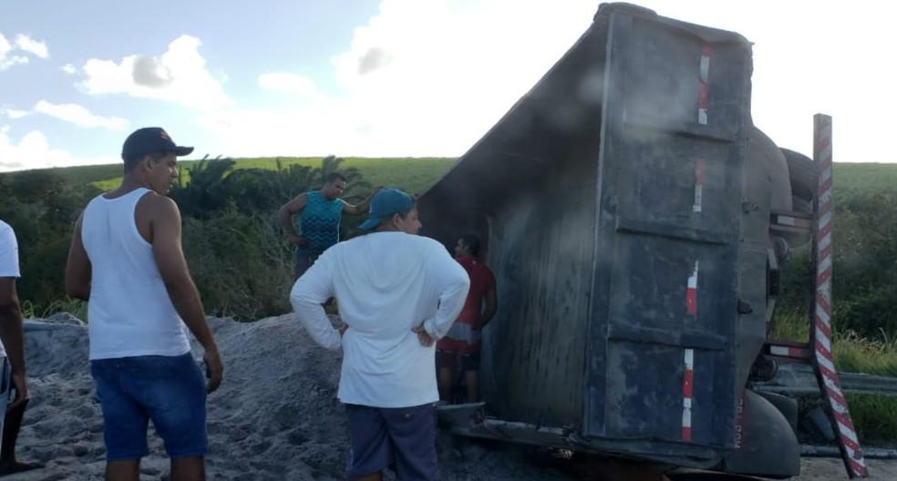 Caminhão carregado de areia tombou na BR-101, em Itapissuma, no Grande Recife — Foto: Jonson Guerra/WhatsApp