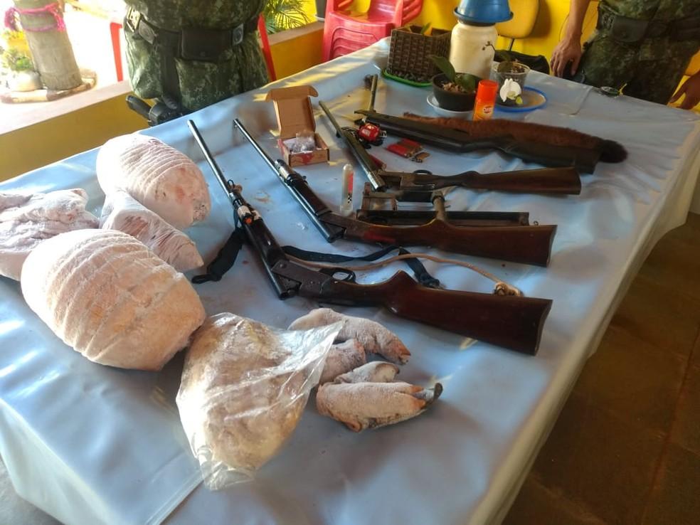 Homem é preso com armas de fogo e carnes de caça em Tatuí — Foto: Polícia Ambiental/ Divulgação