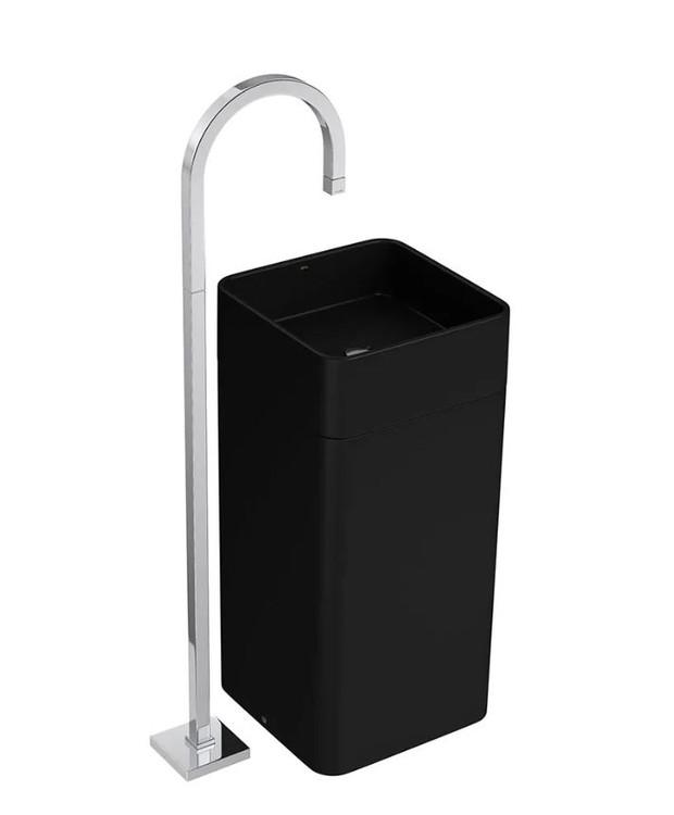 O segundo banheiro de uso comum fica no corredor, entre a sala e o primeiro quarto. Nele, predominam o preto e o azul escuro, com três cubas de piso tipo coluna, quadradas e na cor preta, com torneira de piso (Foto: Divulgação)
