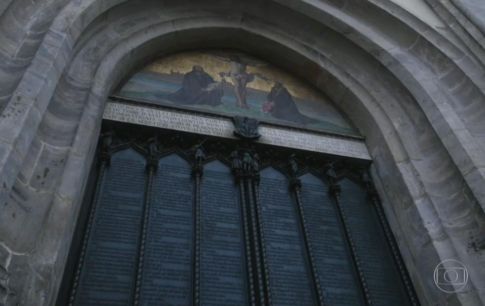 Há 500 anos Martinho Lutero pregou manifesto na porta na entrada da igreja do castelo de Wittenberg (Foto: Reprodução/ TV Globo)