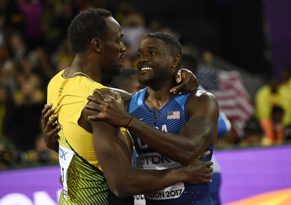 Bolt abraça Gatlin reconhecendo a superioridade do rival (Foto: Reuters)