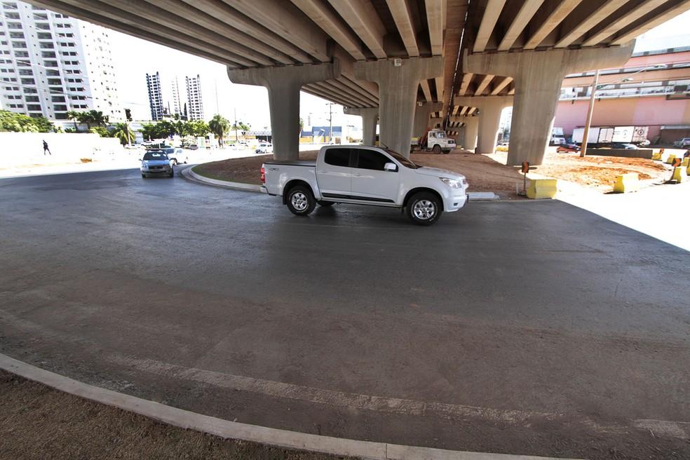 Com a construção da Avenida-Parque do Barbado e de um viaduto para o Veículo Leve sobre Trilhos (VLT) na Avenida Fernando Corrêa da Costa, foi necessária a abertura de uma rótula para acesso à UFMT. (Foto: Edson Rodrigues / Secopa)