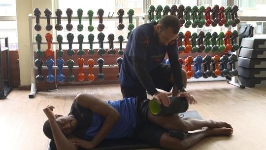Repórter atleta encara fisioterapia após lesão no joelho