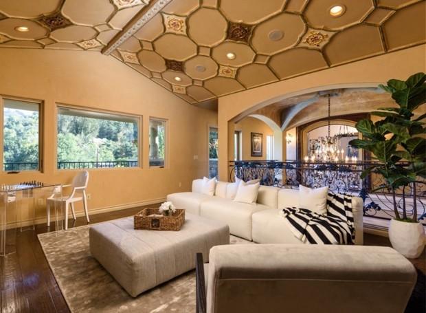 No andar de cima, sofás e uma mesa de xadrez ficam no espaço que conecta os quartos (Foto: Aaron Hoffman/ Reprodução)