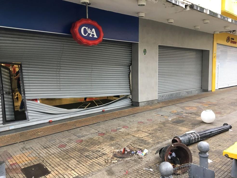 Três homens usaram um carro em marcha ré para arrombar uma loja de departamentos de na madruga desta quinta-feira (17) em Campina Grande, Paraíba. (Foto: Felipe Valentim/TV Paraíba)