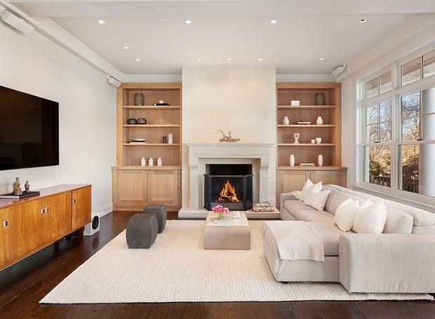 Uma sala de televisão fica possui decoração minimalista (Foto: The Wall Street Journal/ Reprodução)