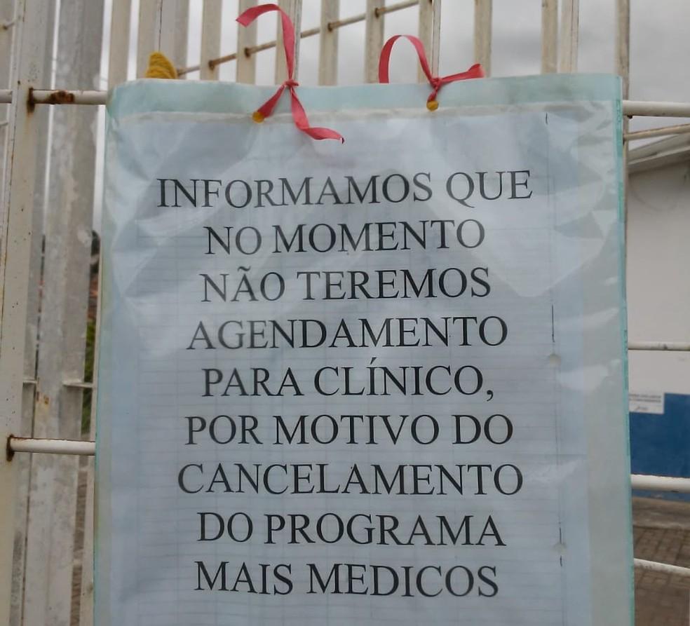 Cartaz no Centro de Saúde do Jardim Rossin, em Campinas, avisa sobre suspensão de agendamentos por causa da saída dos médicos cubanos. — Foto: Conselho de Saúde de Campinas/Divulgação