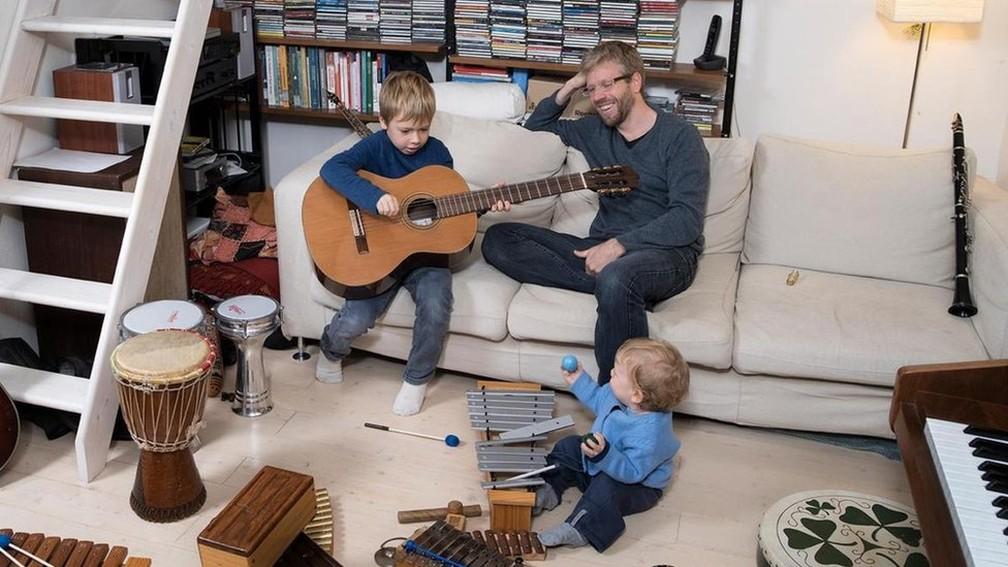 Crianças que brincavam com os pais tiveram menos problemas comportamentais, aponta estudo — Foto: Gabriele Galimberti/Institute