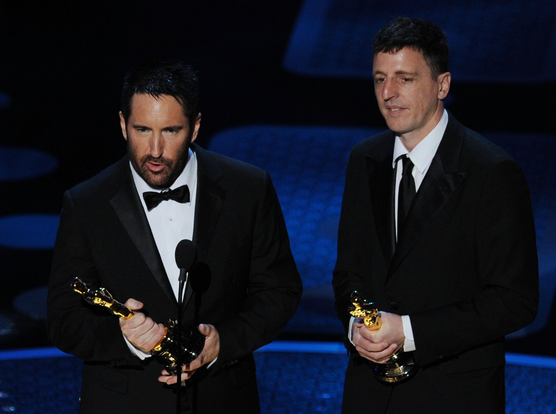 Tret e Atticus recebendo o prêmio por 'A Rede Social', em 2011 (Foto: getty)