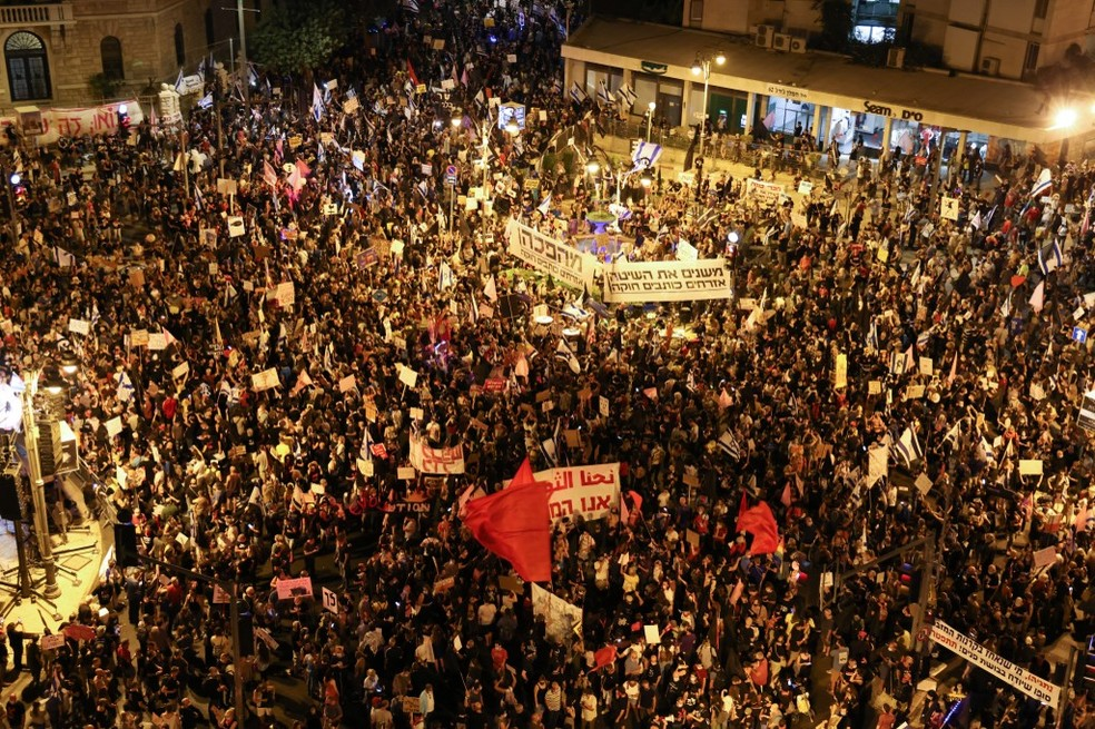 Protesto em Israel reúne manifestantes contra primeiro-ministro do país — Foto: Menahem Kahana / AFP