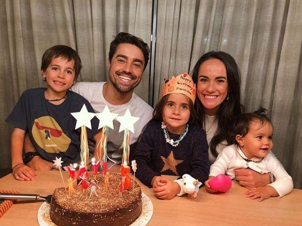 Ricardo Pereira e Francisca Pinto, com os filhos, Vicente, Francisca e Julieta (Foto: Reprodução/Instagram)