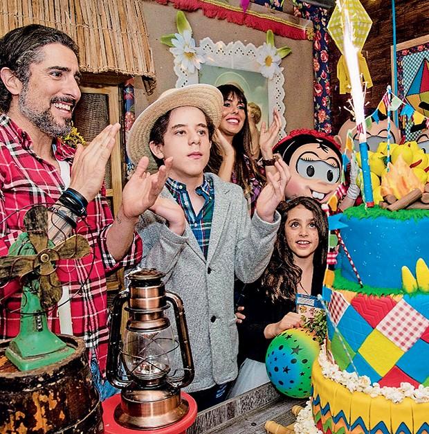 """O aniversariante  Romeo, ao lado  da família, canta   """"Parabéns a você""""  (Foto:  )"""